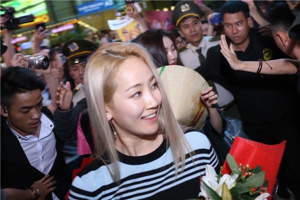 Theo lịch trình, họ sẽ đáp chuyến bay đến TP.HCM vào khoảng 18g. Tuy nhiên, do chuyến bay hoãn lạihơn 2 tiếng nên đến gần 20gcác cô gái Wonder Girls mới xuất hiện.