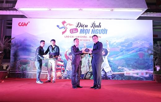 Đại diện CGV (phải) trao tặng máy chiếu phim cho Trung tâm Văn hóa & Điện ảnh tỉnh Lào Cai.