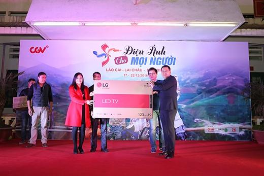 Đại diện CGV (phải) trao tặng quà cho trường Bát Xát (Lào Cai).