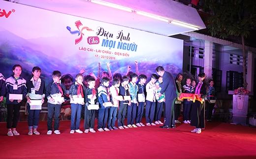 Ông Dong Won Kwak - TGĐ CGV VN trao học bổng cho 20 bạn học sinh học tốt vượt khó.