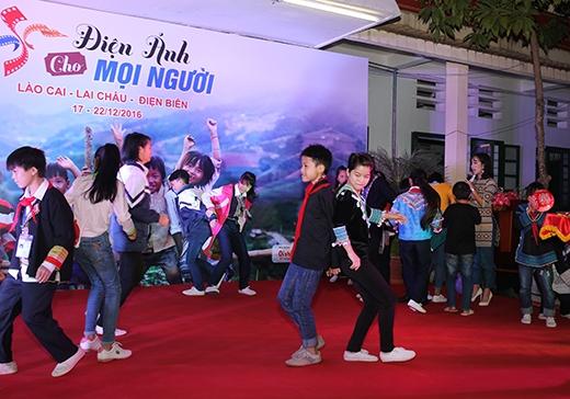 Phần thi khởi động thu hút sự tham gia của đông đảo các bạn học sinh.