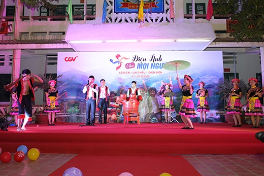 """Tiết mục """"Phiên chợ vùng cao""""của các thầy cô trường Bát Xát (Lào Cai)."""