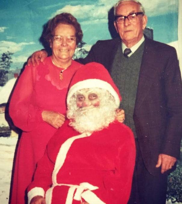 Không ai là quá lớn để ngồi trên đùi Ông già Noel cả. Nhưng nếu nhìn ông ghê quá thì thôi đứng sau lưng cũng được.