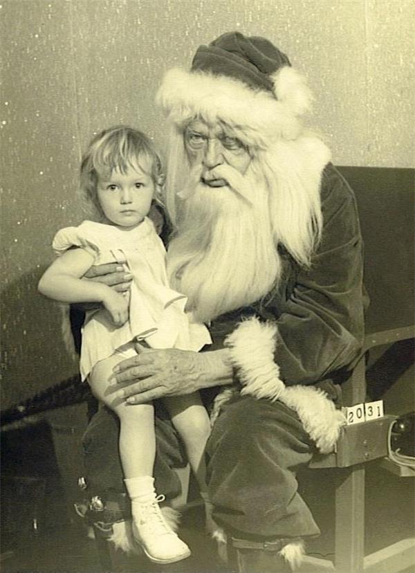 Ông là một diễn viên. Dịp Giáng Sinh ông thường đóng vai Ông già Noel. Còn các dịp khác ông đóng vai tội phạm truy nã.