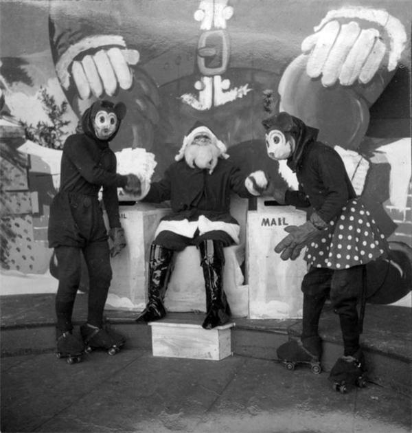 Nào, các cháu lại đây! Đến ngồi trên đùi Ông già Noel này!