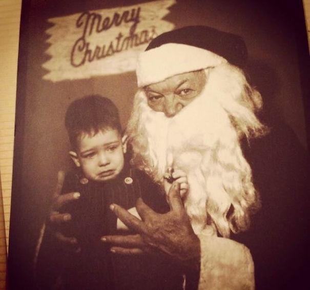 Nhóc có biết ta là ai không? Ta chính là Ông già Noel đây. Ngồi im! Không được khóc!
