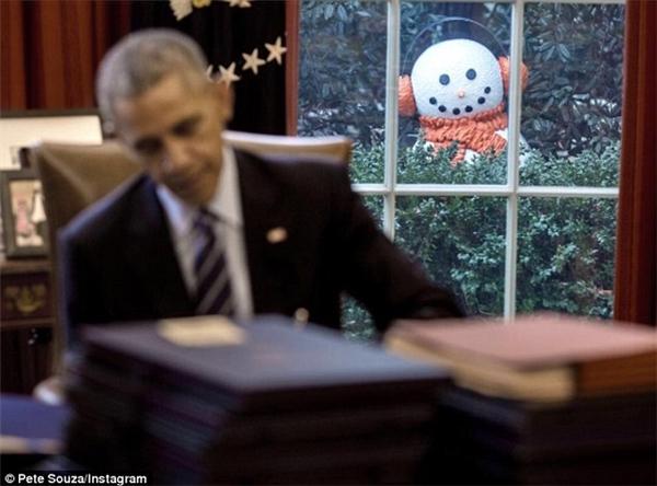 Tấm hình được chụp lúc Tổng thống Obama đang kí những hóa đơn cuối năm.(Ảnh: Pete Souza/ Instagram)