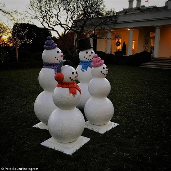 Bốn người tuyết được đặt trong Vườn Hồng vào đầu tháng 12 là một phần của kế hoạch trang trí Nhà Trắng dịp Giáng Sinh. (Ảnh: Pete Souza/ Instagram)