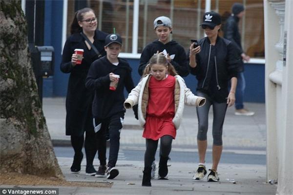 3 mẹ con Vic xuống phố với style khá năng động, đậm chất thể thao.