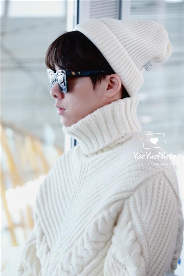 Mùa đông, áo len trắng cao cổ là item không thể thiếu trong tủ đồ của Lý Dịch Phong. Anh kết hợp trang phục với mũ len trắng tạo cảm giác ton-sur-ton cực chuẩn.
