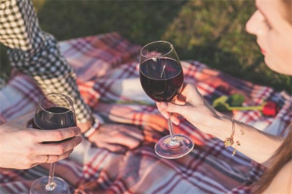 Rượu vang đỏ được cho là ít hại nhất trong số các loại rượu. (Ảnh minh họa - Nguồn: Internet)