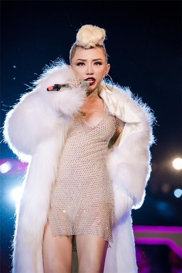 Gần đây nhất khi tham gia một đêm tiệc âm nhạc tại Hà Nội, bộ trang phục của Tóc Tiên trở thành đề tài bàn tán của khán giả bởi thiết kế quá mỏng manh kết hợp độ ngắn cũn cỡn. Cô khoác thêm áo lông trắng bên ngoài nhưng cũng cởi phăng trong quá trình biểu diễn.