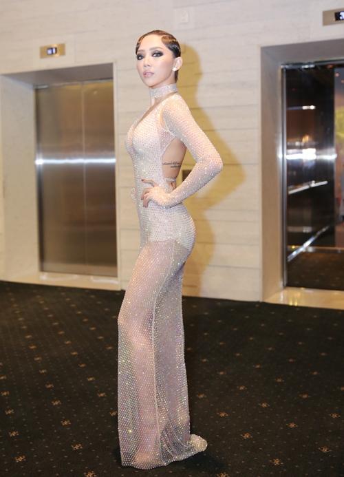 Bộ trang phục hở bạo nhất của Tóc Tiên trong năm 2016 chính là dịp cô tham gia đêm chung kết The Face Vietnam 2016. Thiết kế kết hợp bodysuit bên trong và lớp phủ mỏng ánh kim bên ngoài.