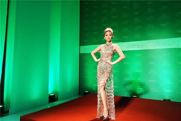 """Năm 2016, Tóc Tiên xứng danh nữ hoàng """"kiệm vải"""" của Vbiz"""