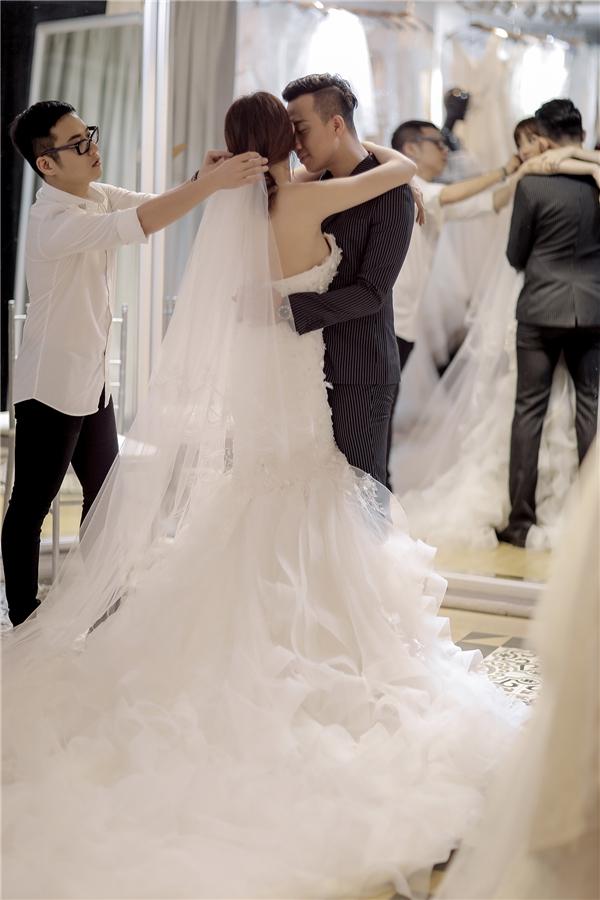 Trấn Thành là người chủ động đặt hàng riêng hai mẫu váy cưới đặc biệt dành cho Hari Won trong ngày trọng đại này. Đây là món quà ý nghĩa mà anh muốn dành tặng vợ tương lai của mình. - Tin sao Viet - Tin tuc sao Viet - Scandal sao Viet - Tin tuc cua Sao - Tin cua Sao