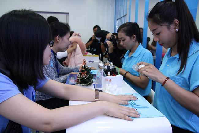 Chăm chú đợi các chuyên viên ma-ki-de cho móng tay…