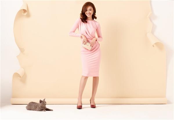Sắc hồng thạch anh xu hướng màu sắc hot nhất năm 2016 giúp Lan Ngọc khoe nét tươi trẻ với thiết kế ôm sát đơn giản phô diễn đường cong.