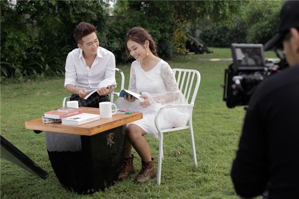 Ca khúc Một Nửa có hai version: Dance và Ballad. Riêng bản dance thì Phi Trường có sự kết hợp khá tình cờ với nam ca sĩ Bảo Kun.