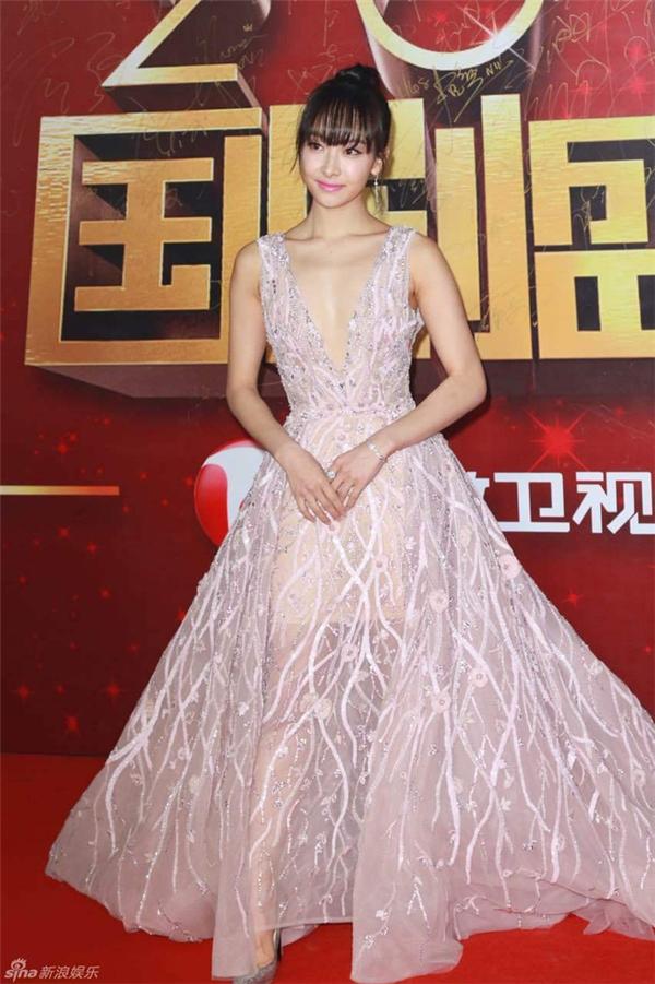 Victoria F(x) diện váy khoét ngực gợi cảm nhưng vẫn không mất đi nét thanh lịch, tinh tế.