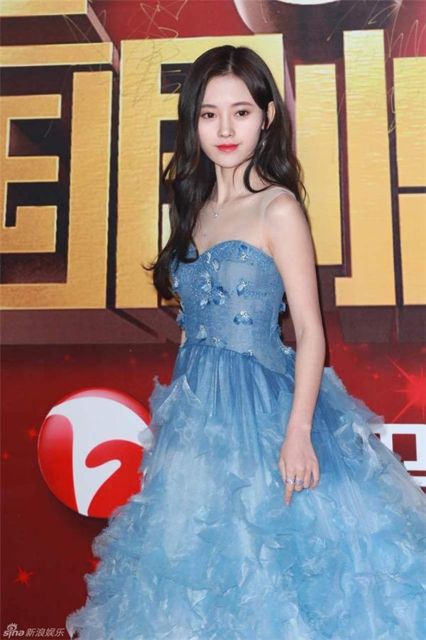 Cúc Tịnh Y xinh đẹp như công chúa với bộ cánh màu xanh bồng bềnh.