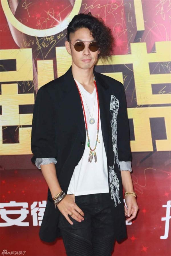 Ngô Kiến Hào nổi bật với mái tóc hất lệch như ngôi sao nhạc rock.