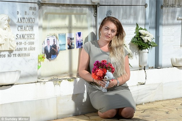 Ellie, con gái của Andrew, ngồi bên mộ ông ngay sau khi Mayka bị kết án và lĩnh bản án xứng đáng với tội ác của mình.