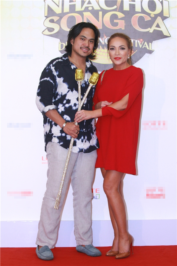 Danh ca hải ngoại Thanh Hà mặc váy ngắn màu đỏ rực rỡ được bạn trai tháp tùng đến sự kiện. - Tin sao Viet - Tin tuc sao Viet - Scandal sao Viet - Tin tuc cua Sao - Tin cua Sao