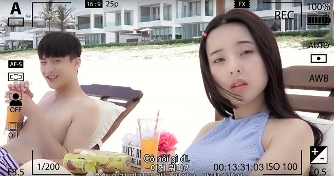 …khi xem lại những giây phút cô và Seon Tae cùng nhau trò chuyện và ăn bánh Gouté tại bờ biển.