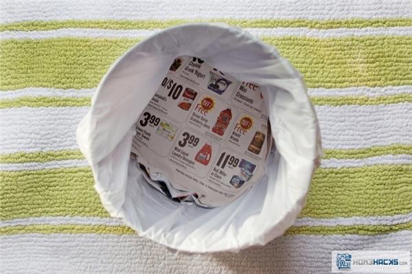 Lót giấy báo cũ dưới đáy thùng rác thể nó hút hết nước rỉ ra từ rác thải, để khi bạn đi vứt rác, nước không chảy ra nhà.