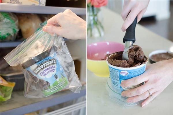 Khi cất hũ kem vào ngăn đông, nên cho nó vào một chiếc túi khóa miệng để kem không bị đông cứng mà luôn mềm xốp.