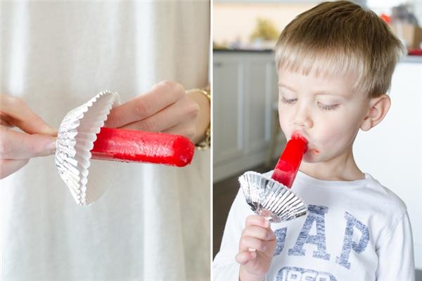 Dùng giấy làm đế bánh cupcake để hứng kem cho khỏi chảy xuống tay.