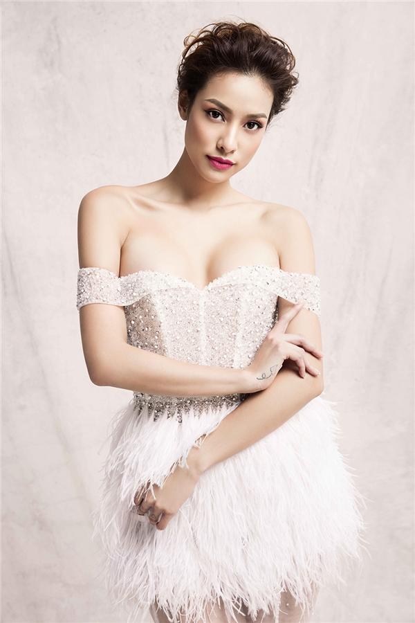 """Lilly Nguyễn hóa thân thành công chúa trong những thiết kế với tên gọi """"Những cánh tuyết và hoa mùa xuân"""" của nhà thiết kế Châu Phạm dành cho mùa mốt Xuân - Hè 2017."""