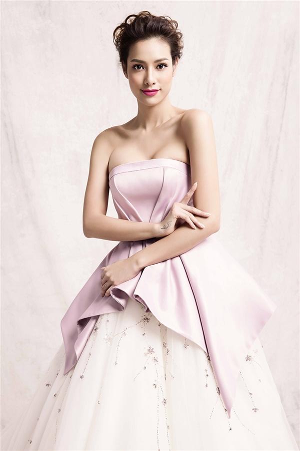 Lilly Nguyễn như nàng công chúa bước ra từ chuyện cổ tích với chân váy voan bồng xòe nhẹ nhàng kết hợp phần áo tạo phom 3D màu hồng phấn ngọt ngào, trẻ trung.