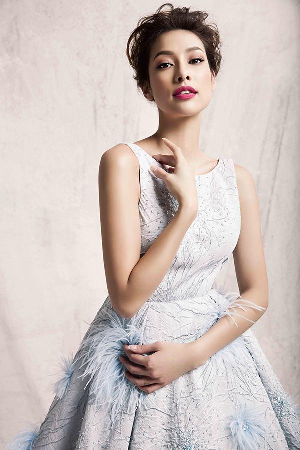 Thiết kế màu xanh trẻ trung được tạo điểm nhấn bằng chi tiết lông vũ, đá đính kết kì công tạo thêm độ mềm mại, bắt sáng mạnh.