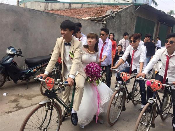 Cô dâu chú rể nở nụ cười hạnh phúc khi sử dụng chiếc xe đạp rước dâu.
