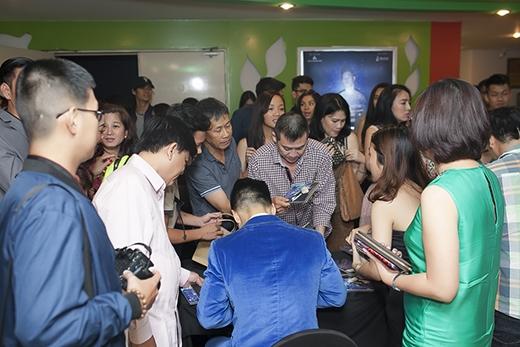Dù trời khuya, khán giả vẫn vây quanh xin chữ kí Đức Tuấn - Tin sao Viet - Tin tuc sao Viet - Scandal sao Viet - Tin tuc cua Sao - Tin cua Sao