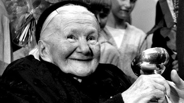 Nữ bồ tát giải cứu 2500 đứa trẻ bằng túi đựng tử thi, quan tài