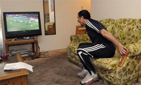 Gào thét vào chiếc máy TV khi đang xem chương trình gì đó gây ức chế, đặc biệt là phim hay thể thao, dù bạn biết rằng chẳng ai trong đó nghe được tiếng bạn cả.