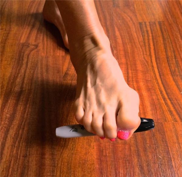 Khi lỡ đánh rơi thứ gì đó, dùng chân quắp nó lên vì quá lười để cúi xuống.