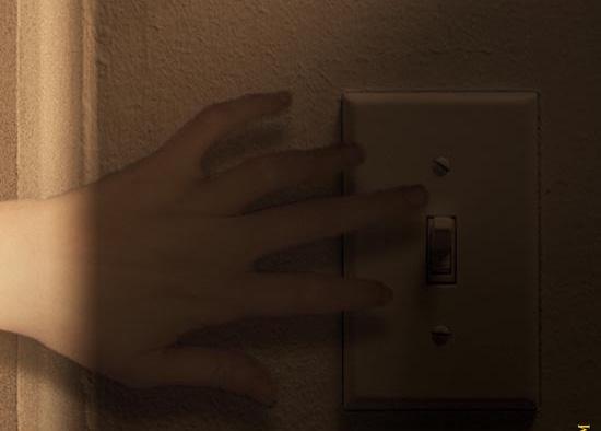 Thò tay vào căn phòng tối để mò tìm công tắc trước khi bước vào phòng, chứ không phải hùng dũng bước hẳn vào phòng rồi mới bật đèn, vì sợ có con gì đó bắt mất.