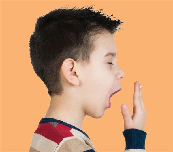 Giả vờ há miệng ra ngáp một cái rõ dài nhưng thật ra là đang kiểm tra hơi thở của mình mà thôi.