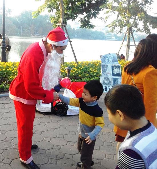Hành động đặc biệt của những ông già Noel này khiến nhiều người không khỏi tò mò.