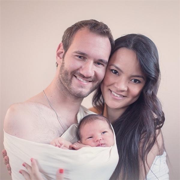 Ngưỡng mộ gia đình hạnh phúc, vợ đẹp con xinh của Nick Vujicic