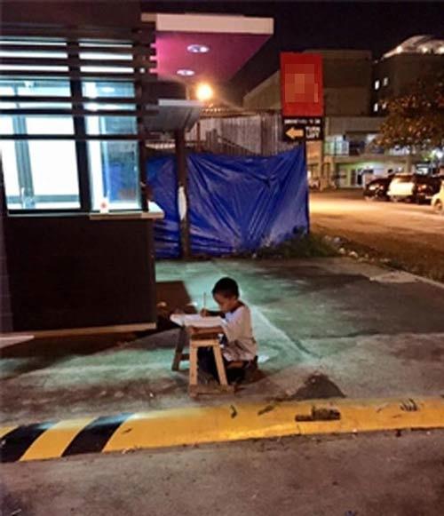 Hình ảnh cậu bé nghèo cặm cụi học bài nhờánh đèn rọi ra từ nhà hàng đã trở thành cơn sốt với cư dân mạng vào một năm trước. (Ảnh: FBJoyce Torrefranca)
