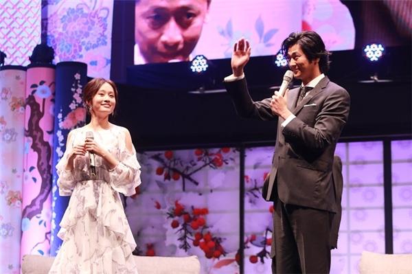 Mokomichi Hayami hào hứng vẫy chào các fans.