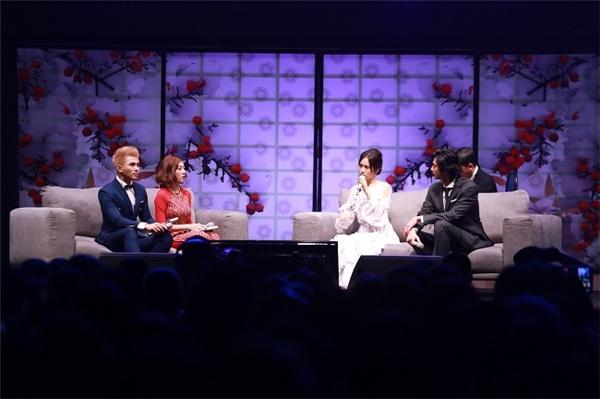 Mokomichi Hayami và Atsuko Maeda trò chuyện một cách cởi mở.
