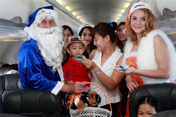 Những chú gấu bông và mô hình máy bay của hai hãng hàng không đã đem đến niềm vui cho các trẻ em trên chuyến bay.
