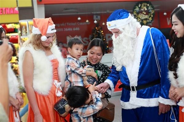 Các em thiếu nhi rất thích thú khi nhận được quà Giáng Sinh.
