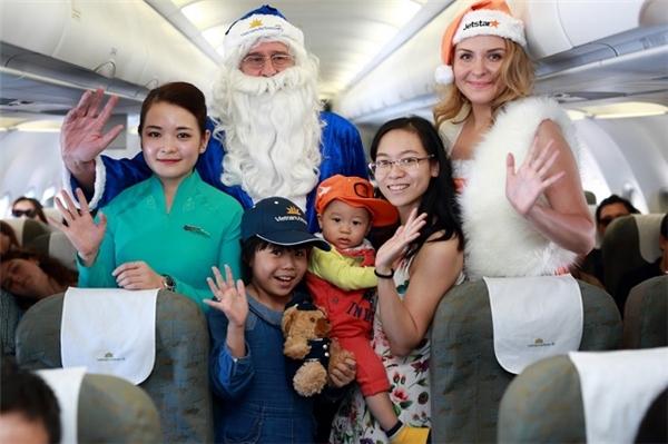 Chuyến bay của Vietnam Airlines trở nên vô cùng sôi động khi có sự xuất hiện của ông già Noel và các công chúa tuyết.