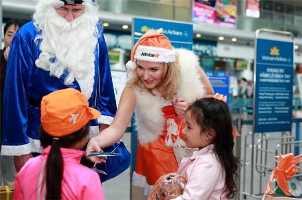 Sau một ngày làm việc tích cực, trước khi kết thúc hành trình của mình, cả đoàn đáp chuyến bay của Jetstar Pacific quay về Thành phố Hồ Chí Minh để tặng quà cho hành khách tại đây.